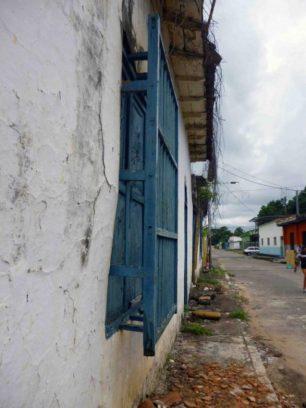 La pared presenta una inclinación hacia el frente que pone en riego a los peatones . Marinela A. (1)