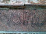 Pintas vandálicas en el monumento a la Virgen María Auxiliadora.