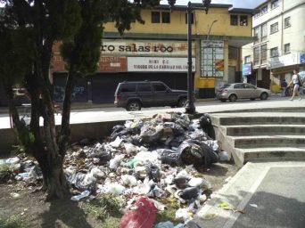 Presencia de basura en avenida de la esquina norte de la plaza Bolívar de la ciudad de Mérida, patrimonio histórico nacional de Venezuela.