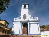 Fachada de la iglesia de Toituna, en sus recientes colores blanco y celeste, año 2015.