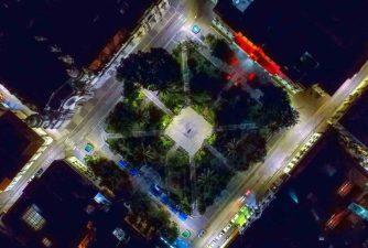 Vista aérea de la plaza Bolívar en horas nocturnas. Patrimonio histórico nacional de Venezuela.