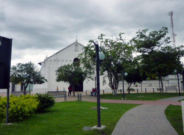 Iglesia San Nicolás de Bari desde la plaza Bolívar de Obispos, estado Barinas. Venezuela.