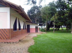 Área lateral de la capilla del parque jardín cementerio de Barinas, Venezuela.