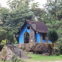 Vista de la escalera y el montículo donde fue construida la capilla de San Benito en La Azulita, Mérida, Venezuela. Sincretismo religioso venezolano.