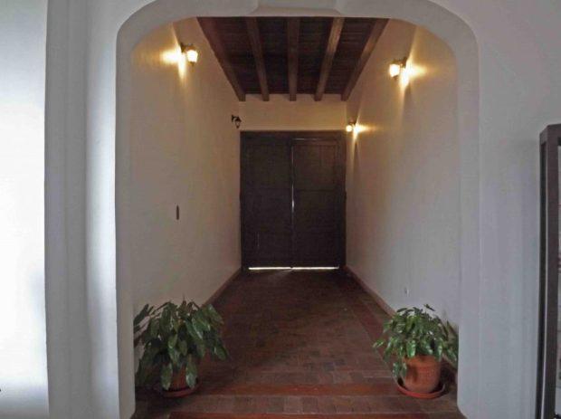 Entrada principal al fondo la puerta original en madera de Casacoima. Monumento histórico Nacional de Venezuela.