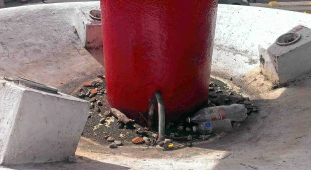 La pintaron de rojo, pero no repararon la fuente de la plaza Bolívar de Valera. Activo patrimonial en riesgo. Venezuela.