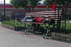 Los bancos de la plaza Bolívar de Valera sirven de cama a los sin techo. Alerta patrimonio cultural de Venezuela.