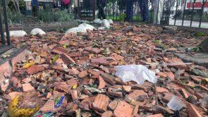 Basura y ladrillos rotos sustituyen la grama y las flores de antaño en la plaza Bolívar de Valera. Alerta patrimonio cultural venezolano.
