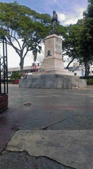 El granito fracturado en varias parte de la plaza Bolívar de Valera. Activo patrimonial en riesgo. Venezuela.