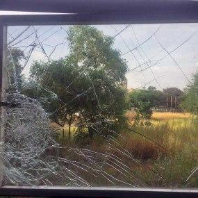 Rotura de una de las ventanas del MACZUL en la última incursión del hampa. Patrimonio en riesgo. Alerta cultural Venezuela.