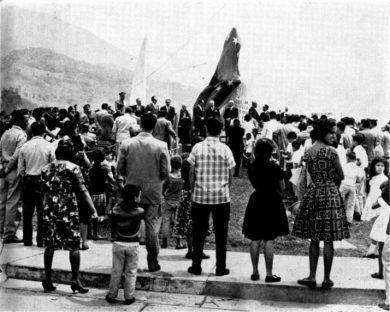 Parte del público en la inauguración de la estatua del Rector Heroico, 29 de marzo de 1963. Digitalización Samuel Hurtado Camargo