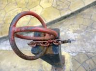Cadenas hurtadas del bulevar de la iglesia San Nicolás de Bari, monumento histórico nacional de Venezuela.
