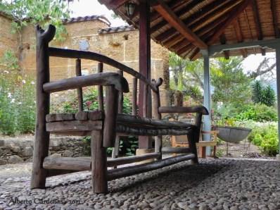 Mueble de troncos artesanal en el Museo Trapiche de los Clavo. Patrimonio cultural de Boconó, estado Trujillo. Venezuela.