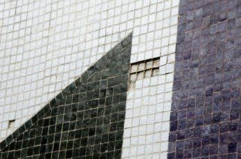 Mosaicos faltantes en el mural de Pascual Navarro, plaza cubierta del rectorado de la UCV. Ciudad Universitaria de Caracas, Patrimonio de la Humanidad desde el año 2000. UNESCO.