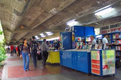 La nueva cara del pasillo de los libreros, con el que las autoridades enfrentan la economía informal de la UCV, uno de los reparos de la UNESCO. Ciudad universitaria de Caracas, declarada Patrimonio de la Humanidad en el año 2000 por la UNESCO. Venezuela.