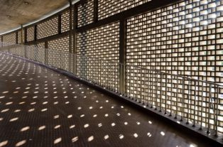 Pasillo exterior del Aula Magna de la UCV, patrimonio mundial 2000.