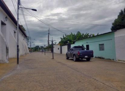 El paso de vehículos que contraviene la ley del patrimonio venezolano. Foto . Marinela Araque, 2017.