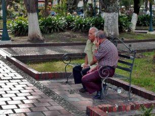 Conversandito en la plaza Bolívar de Rubio. Municipio Junín, estado Táchira. Venezuela.