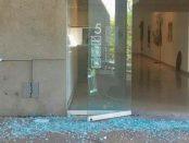 Puerta violentada del MACZUL en la última incursión del hampa. La inseguridad atenta contra el patrimonio cultural venezolano.