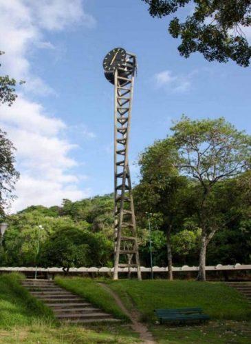 La emblemática Torre del reloj de la UCV, diseñada por el mismo Carlos Raúl Villanueva con la ayuda del ingeniero Juancho Otaola. Se ubica al noreste de la plaza del rectorado. Ciudad Universitaria de Caracas, patrimonio de la humanidad, Venezuela..