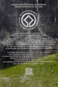 Señalización de la declaratoria de la Ciudad Universitaria de Caracas como Patrimonio Mundial por la Unesco, en 2000.