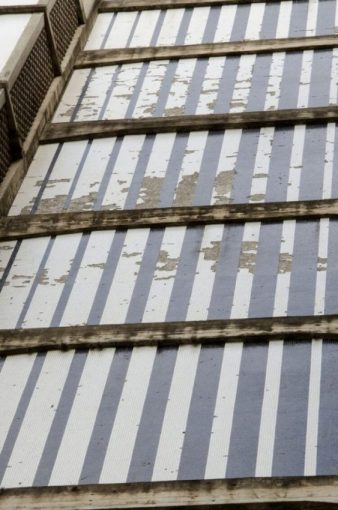 El deterioro en la obra Tres murales en policromías, de Alejandro Otero, Facultad de Arquitectura de la UCV. Ciudad Universitaria de Caracas, Patrimonio de la Humanidad desde el año 2000. UNESCO.
