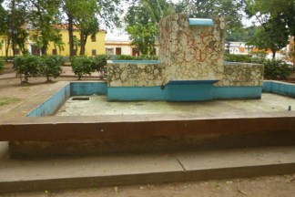 Fuente dañada de la plaza Bolívar de Barinas. Casco histórico barinés. Estado Barinas, patrimonio cultural de Venezuela.