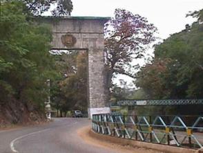 Vista del Monumento de La Puerta, también llamado La Puerta del Llano. Patrimonio cultural de Venezuela.