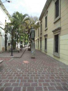 Vista del paseo César Rengifo desde la avenida 2 Lora, donde está el monumento al Rector Heroico. Mérida Venezuela.