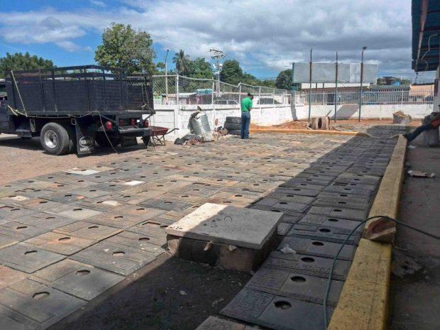 452 placas del Cementerio La Chinita, en Maracaibo, estado Zulia, fueron recuperadas por la policía el 31 diciembre de 2016. Estas estaban siendo llevadas a una cercana fundidora. La mafia del bronce desvalija el patrimonio cultural de Venezuela.