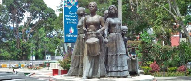 Monumento a Las Heroínas, en el que se pueden apreciar las inscripciones. Patrimonio cultural de Mérida, Venezuela.