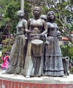 Cara frontal del monumento a Las Heroínas. Monumento a Las Heroínas, en la ciudad de Mérida. Patrimonio cultural de Venezuela.