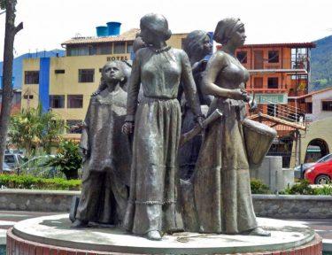 Cara frontal y lateral derecho del monumento a Las Heroínas. Plaza Las Heroínas, de la ciudad de Mérida. Patrimonio cultural de Venezuela.