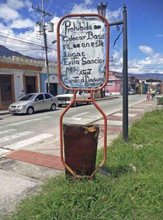 Anuncio improvisado ubicado en el costado sureste de la plaza Rivas Dávila. Patrimonio histórico del municipio Mérida, estado Mérida. Venezuela.
