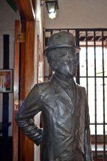 Cara frontal y lateral derecho de la estatua de Charles Chaplin. Patrimonio cultural de Mérida, Venezuela, en peligro. Mafia del bronce.