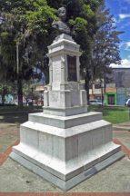 Cara frontal y lateral der. del monumento al coronel Rivas Dávila. Patrimonio histórico del municipio Mérida, estado Mérida. Venezuela.