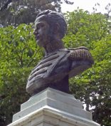 Cara frontal y lateral izquierdo del busto del coronel Luis María Rivas Dávila. Patrimonio histórico del municipio Mérida, estado Mérida. Venezuela.