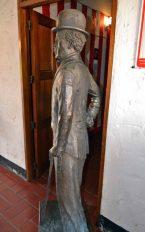 Cara posterior de la estatua de Chaplin. Patrimonio cultural de Mérida, Venezuela, en peligro. Mafia del bronce.