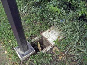 Destrucción del sistema eléctrico de una de las farolas de la plaza Rivas Dávila. Patrimonio histórico del municipio Mérida, estado Mérida. Venezuela.