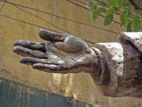 Detalle mano derecha de la estatua a José Rafael Pulido Méndez. Patrimonio cultural de la ciudad de Mérida, Venezuela.