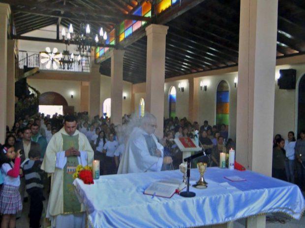 Monseñor Mario Moronta en una eucaristía de la capilla. Foto Nelson Ramón_sanvicentetierradebendicionesblogspotcom