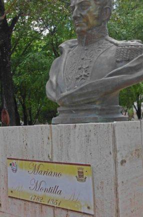 En el pedestal de los bustos de plaza La Confraternidad se observan ahora placas en material de plástico. Patrimonio de Venezuela en peligro.