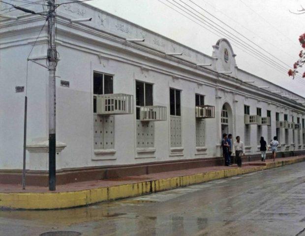 En la década de los 90 la edificación fue pintada de blanco y vino tinto. Venezuela.