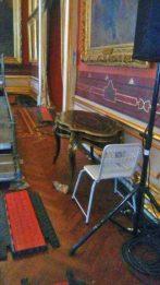 Equipos audiovisuales y sillas de metal dejaron marcas indelebles en el piso, y hasta tablillas desprendieron. La basura es la guinda. Palacio Federal Legislativo, Patrimonio en peligro, Venezuela.