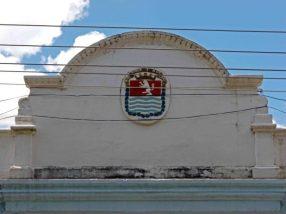 Frontón de la fachada de la sede de la alcaldía de Barinas, o Palacio Municipal. Patrimonio histórico de Barinas en riesgo. Venezuela.
