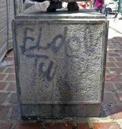 Grafitis en la cara posterior del pedestal del monumento a José Rafael Pulido Méndez.Patrimonio cultural de la ciudad de Mérida, Venezuela.