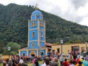 Iglesia San Vicente Ferrer, con su feligresía en bienvenida al nuevo párroco. Patrimonio cultural de Táchira, Venezuela.