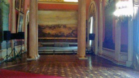 El movimiento de mobiliario durante la instalación de la ANV dejó huellas definitivas en la madera, su restauración es impagable. Palacio Legislativo, patrimonio cultural en riesgo, Venezuela.