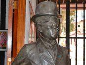 La estatua de Charles Chaplin mira de reojo la plazoleta homónima, de donde lo sacaron los ladrones. Patrimonio cultural venezolano en riesgo.