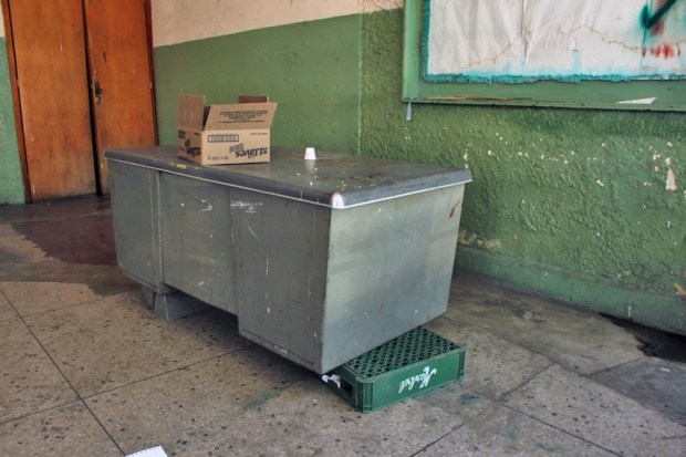La recepción solo es atendida si alguien se acerca a la alcaldía y anuncia su visita al teatro. Patrimonio cultural de Valera, estado Trujillo, en riesgo. Venezuela.